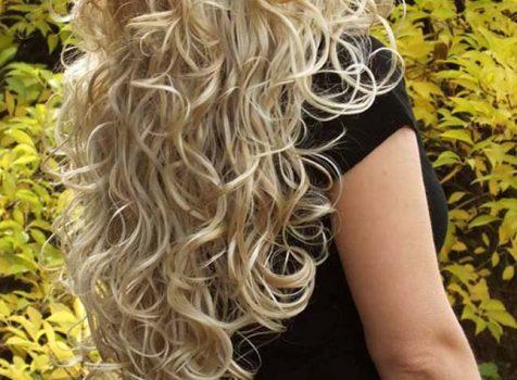 Peruki z kręconymi włosami